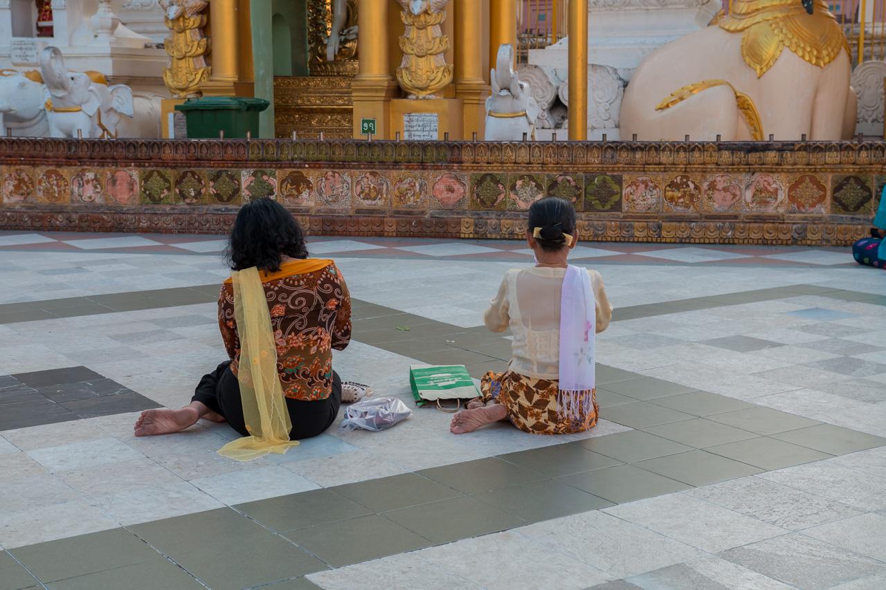 prières, shwedagon, yangon
