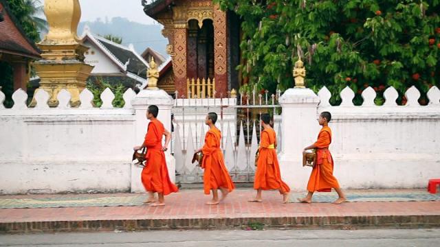 Laos, Luang Prabang, moines, tak bat, cérémonie de l'aumône, temples