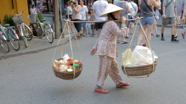 Hoi An, Vietnam, paniers, vendeuse, chapeau vietnamien