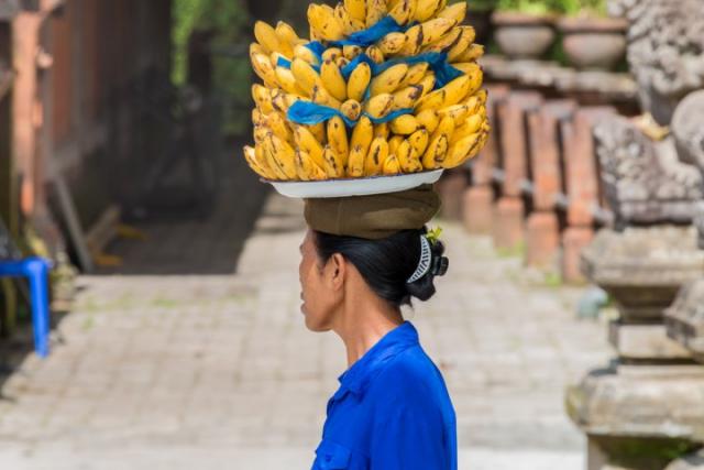 Tampaksiring, Bali, temple balinais, bananes, vendeuse