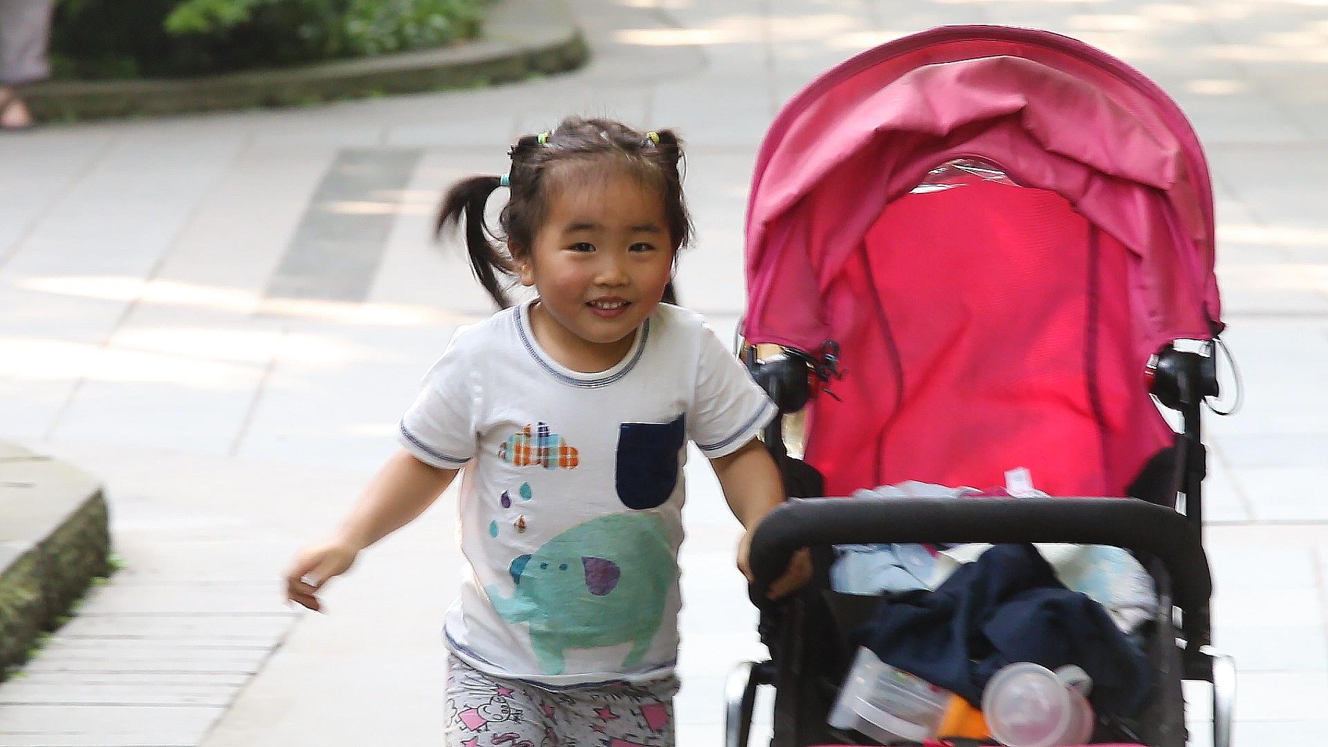 Chine, Pékin, parc Beihai, fille chinoise