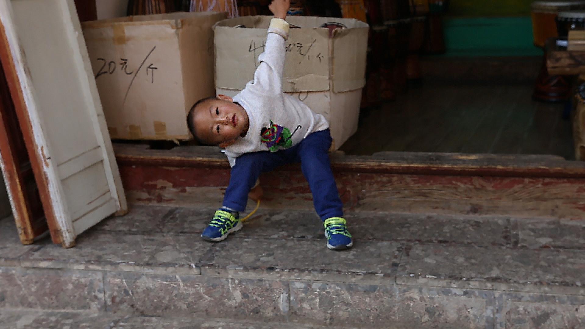 Chine, Yunnan, Lijiang, garçon chinois